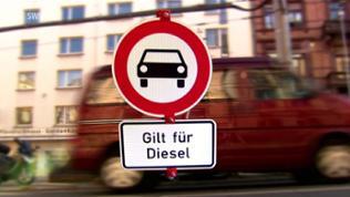 """Schild """"Verbot für Kraftwagen"""" mit der Aufschrift """"Gilt für Diesel"""""""