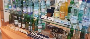 """Eine Vitrine mit den verschiedenen Produkten von """"Rhenser"""""""