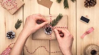Geschenk wird verpackt