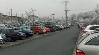bis auf den letzten Platz gefüllter Parkplatz am ICE Bahnhof in Montabaur