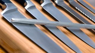 Küchenmesser liegen auf einem Holzbrett