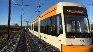 Eine Straßenbahn auf freier Strecke