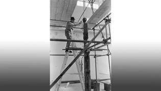 """BEUYS bei der Vorbereitung von """"Straßenbahnhaltestelle 1961–1976, A Monument to the Future"""" für die Biennale in Venedig"""