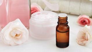 Rosenblüten, Cremes und Tropfen auf einem Tisch