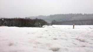 komplett verschneite Straßen im Hunsrück