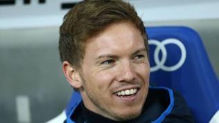 Hoffenheim-Trainer Julian Nagelsmann lächelt auf der Trainerbank