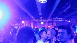 Partyszene mit jungen Menschen