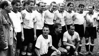 Die Deutsche Mannschaft zusammen nach dem Gewinn der WM 1954