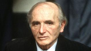 Der angeklagte Klaus Barbie sitzt am 11.05.1987 bei der Prozesseröffnung im Gerichtssaal in Lyon (Frankreich).