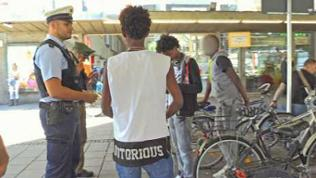 Die Polizei klärt Alter und Herkunft der Flüchtlinge.
