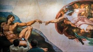 """Reproduktion des Freskos """"Die Erschaffung des Adam"""" von Michelangelo"""