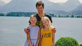 Das doppelte Lottchen: Die Zwillinge Lotte (Delphine Lohmann, l.) und Luise (Mia Lohmann, r.) mit ihrem Vater Jan (Florian Stetter, M.). am Wolfgangsee.
