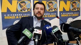 Matteo Salvini vor diversen Mikrofonen.