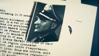 Akte über Klaus Barbie mit Portraitfoto in Uniform