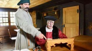 Ulrich Schmied bei einem Gelehrten am Schreibpult (Spielszene)