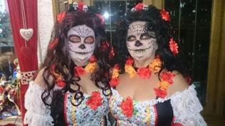 Zwei Frauen als La Catrina verkleidet