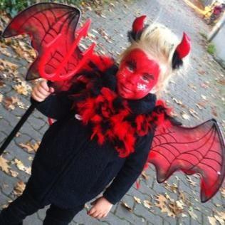 Mädchen im Teufelskostüm