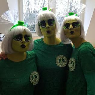 drei Damen im Phantasiekostüm