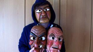 Mann mit Holzmasken