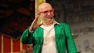 Der Musiker und Komödiant Frank Golischwewski agiert im grünen acket auf der Bühne