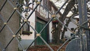 Ein altes Hotel hinter einem Zaun, der Königstuhl in Rhens