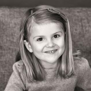 Schwarzweiß-Foto der fünfjährigen Prinzessin Estelle von Schweden