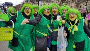 Grün-kostümierte Närrinen lachen in die Kamera