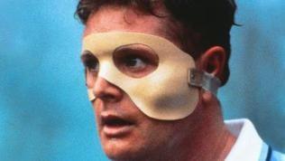 Das Oldschool-Modell der Gesichtsmaske trägt Paul Gascoigne während seiner Zeit bei Lazio Rom. Sicher wenig atmungsaktiv.