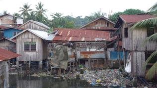 Die Behausungen der informellen Siedler bestehen zumeist aus Wellblech und Bambus. Sie investieren nicht viel in die Baracken - es ist unklar, wie lange sie bleiben können.
