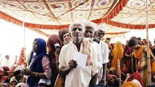 Vor der Tür des Medical Camps in der Wüste Rajasthans drängen sich die Patienten.