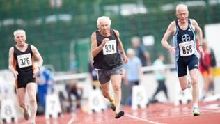 Zwei ältere Herren sprinten am 08.07.2016 beim 100 Meter Lauf (Startklasse M85) bei den Deutschen Senioren-Meisterschaften der Leichtathletik in Leinefelde-Worbis (Thüringen).