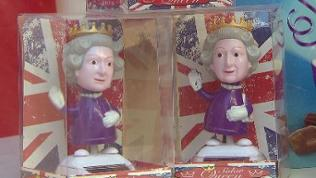 "solarbetriebene, winkende Queen-Figuren im ""British Shop"" in Heidelberg"