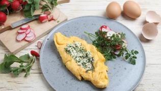 Omelett mit Frühlingskräutern und Radieschensalat