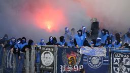 Fans des Karlsruher SC zünden Pyrotechnik im Fanblock vor Spielbeginn.