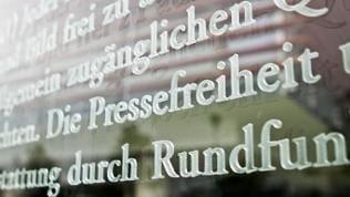 Glas-Inschrift mit abschnitten des Artikel 5 des Grundgesetzes am Berliner Bundestag