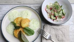 Kartoffelplätzchen mit Frischkäsefüllung und Sauerampfersauce