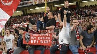 VfB-Fans jubeln beim Spiel gegen den 1. FC Union Berlin