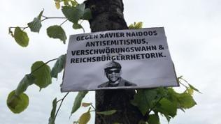 Protestplakate gegen Xavier Naidoo