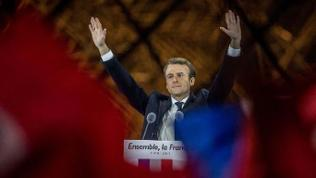 Emmanuel Macron auf der Bühne vor dem Louvre.