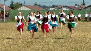 junge Frauen beim Schäferlauf in Markgröningen