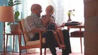 Der junge Schimon auf dem Schoß seines Großvaters (Christian Grashof)