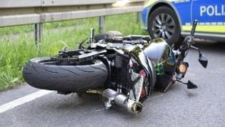 Nach einer Kollision mit einem Pkw starb ein Motorradfahrer bei Oftersheim (Rhein-Neckar-Kreis)