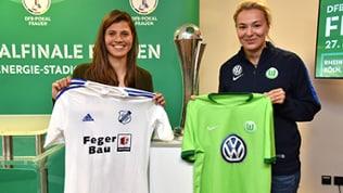 Claire Savin vom SC Sand (li.) und Zsanett Jakabfi vom Vfl Wolfsburg posieren mit dem Objekt der Begierde: Dem DFB-Pokal
