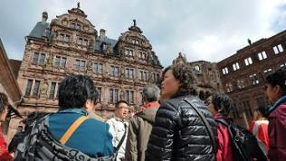 Touristengruppe aus Japan besucht das Heidelberger Schloss
