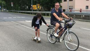 Ein Radfahrer und ein Skater bei Tal total