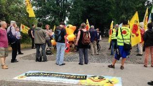 Zwischenkundgebung von Castor-Transport-Gegnern am Neckar in Heilbronn