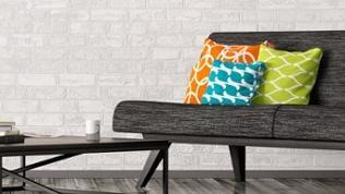Ein graues Sofa mit bunten Kissen