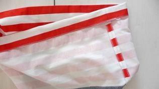 Die obere Taschenkante versäubern, dann 5 cm auf links einschlagen und nochmals gut bügeln