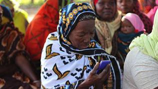 Frau mit MP3-Player in der Hand