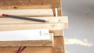Der Linie entlang den Karton abschneiden und als Schablone zum Zuschnitt der oberen und unteren Enden der Hockerbeine benutzen. Dann alle Enden schräg absägen.